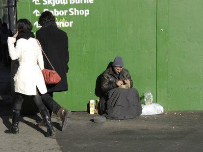 Un mendigo extranjero pide en las calles de Copenhague (Dinamarca) en febrero de 2015.