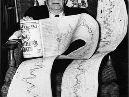 Charles Abbot, en 1968, posando orgulloso con uno de sus registros de datos.