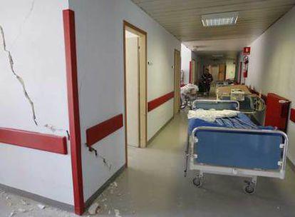 Grietas en el hospital San Salvatore de L'Aquila tras el terremoto.