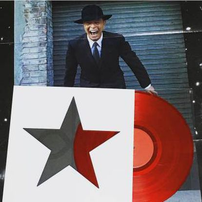 Montaje de la última fotografía que se publicó de Bowie antes de su muerte junto a 'Blackstar', último trabajo del músico y mejor álbum de 2016.