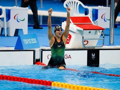 Michelle Alonso celebra su oro y su récord del mundo en los 100 braza SB14 de los Juegos Paralímpicos de Tokio.