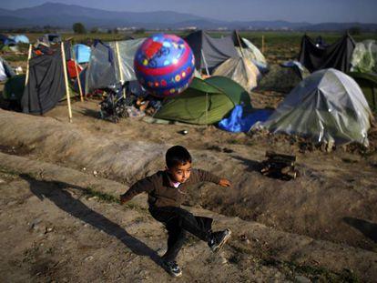 Un niño juega en un campo de refugiados en la frontera entre Grecia y Macedonia.