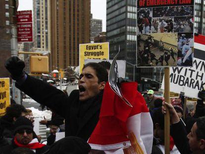 Khaled Dawoud en una manifestación contra el régimen de Mubarak en Estados Unidos en 2011. Vivía en Nueva York antes de regresar a Egipto a militar en la coalición opositora.