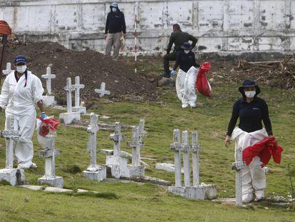 Expertos forenses de la Jurisdicción Especial para la Paz trabajan durante una jornada de exhumación en el cementerio de Dabeiba, en el departamento de Antioquia, el 11 de marzo de 2021.