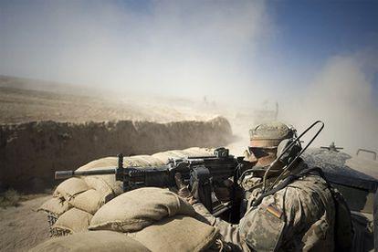 Un soldado alemán vigila una zona cercana a Kunduz (noreste de Afganistán), en octubre de 2009.