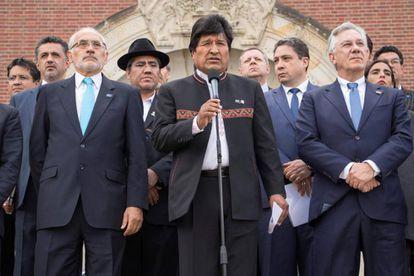 El presidente de Bolivia, Evo Molares, junto al expresidente Carlos Mesa  (izquierda), en La Haya.