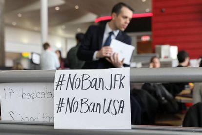 Carteles contra la orden de Trump en el aeropuerto JFK de Nueva York.