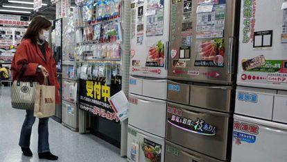 Una mujer, en unos grandes almacenes de Tokyo.