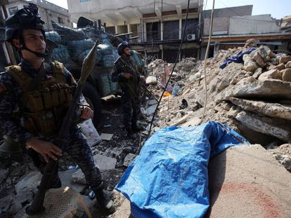 Fuerzas iraquíes en un barricada de la ciudad vieja de Mosul, este sábado
