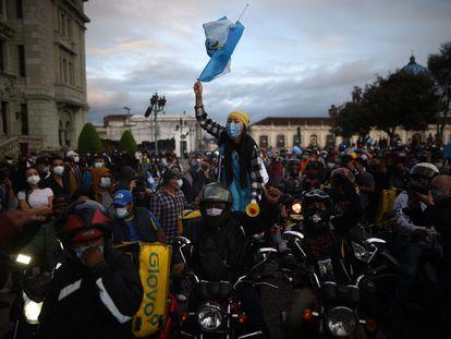 Manifestantes protestan hoy, domingo, en Ciudad de Guatemala. Cientos de guatemaltecos volvieron a manifestarse en contra del Gobierno del presidente local, Alejandro Giammattei, tal y como lo hicieron miles de personas el sábado en una multitudinaria protesta por la aprobación del presupuesto para 2021. EFE/Edwin Bercían
