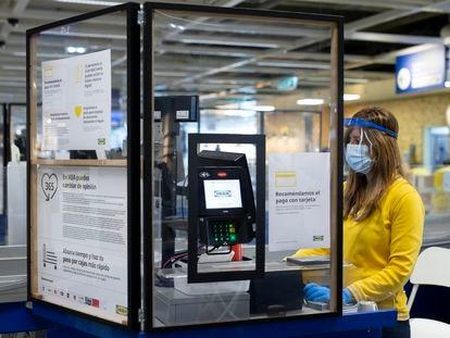 Una cajera de Ikea, protegida con mamparas en una imagen facilitada por la empresa.