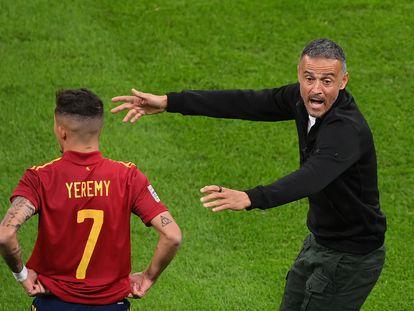 Luis Enrique, junto a Jeremy Pino, en el partido de la Liga de las Naciones contra Italia.