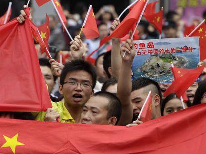 Manifestantes enarbolan banderas chinas para reclamar la soberanía de Pekín sobre las islas Diaoyu, que Japón considera suyas.