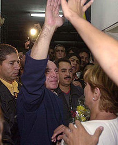 Pedro Carmona saluda a sus seguidores al llegar ayer a su casa.