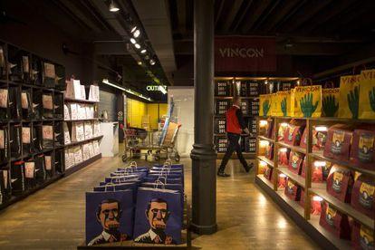 Las estanterías de la tienda estaban ayer llenas de bolsas con diferentes diseños de Vinçon.