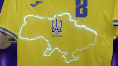 El mapa en la camiseta de la selección de Ucrania comprende sus fronteras internacionalmente reconocidas, con la península de Crimea y Donetsk y Luganks, donde los separatistas prorrusos combaten con el apoyo del Kremlin.