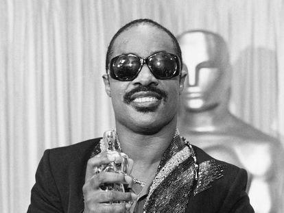 Stevie Wonder, con su oscar por la mejor canción original en 1985.
