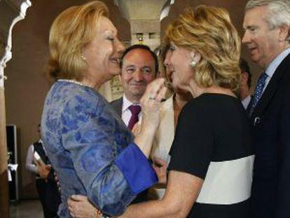 La presidenta de la Comunidad de Madrid, Esperanza Aguirre, conversa con la presidenta de Aragón, Luisa Fernanda Rudi.