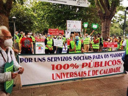 Pancarta a favor de los servicios públicos, durante la marcha en Santiago contra las muertes por covid-19 en residencias privadas de Galicia.