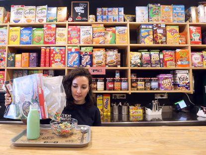 Una mujer toma un tazón de cereales en el café Cereal Hunters.