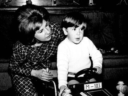 La duquesa de Alba con su hijo Cayetano en el Palacio de Liria (Madrid) en 1966.