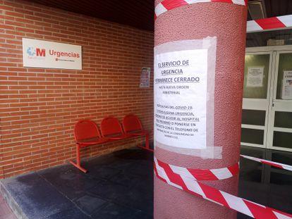 Cartel en la entrada de los servicios de urgencia del centro de salud Tres Cantos, localidad al norte de la capital.