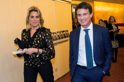 El candidato a alcalde de Barcelona, Manuel Valls, junto a su pareja Susana Gallardo en el Teatro del Liceu, en Barcelona.