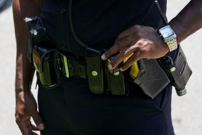 Un miembro de la policía de Atlanta (Georgia, EEUU) portando una pistola táser en su cinturón.