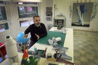 El pintor Joël Mestre en su estudio de la Finca Roja de Valencia.