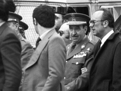 Armada, en el centro y de uniforme, sale del Congreso tras el intento de golpe del 23-F.