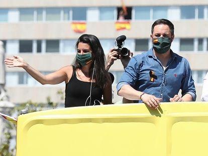 Rocío Monasterio, candidata de Vox a la presidencia de la Comunidad de Madrid, junto al líder del partido, Santiago Abascal, en una manifestación en Madrid en mayo de 2020.