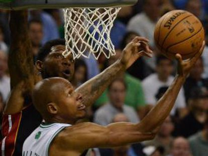 Ray Allen lanza a canasta ante Udonis Haslem.