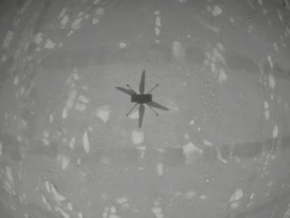 La sombra del 'Ingenuity' en pleno vuelo, captada por las cámaras del dron.
