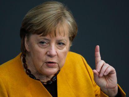 La canciller alemana, Angela Merkel, se dirige al Bundestag, este miércoles en Berlín.