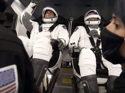 Bob Behnken (izquierda) y Doug Hurley, este miércoles en la Crew Dragon.