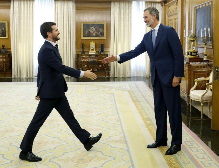 Felipe VI saluda al líder del PP, Pablo Casado, en La Zarzuela, el pasado septiembre.