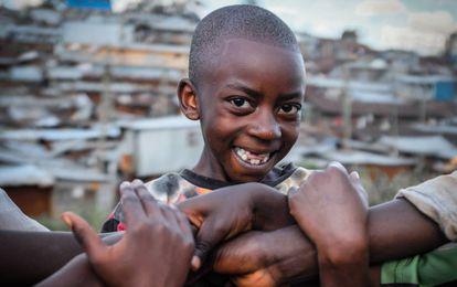 NIño (y brazos) en un barrio marginal de Kibera (Nairobi), uno de los más grandes de África