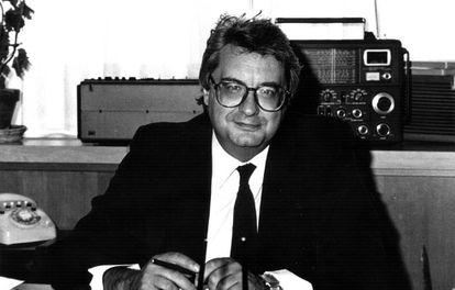 El periodista radiofónico Eduardo Sotillos, en su despacho de Radio Nacional de España.