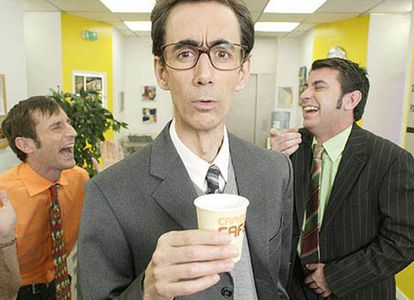 """Los empleados de la oficina de 'Camera Café' riéndose del que no sabe lo que es """"hacer un forward""""."""