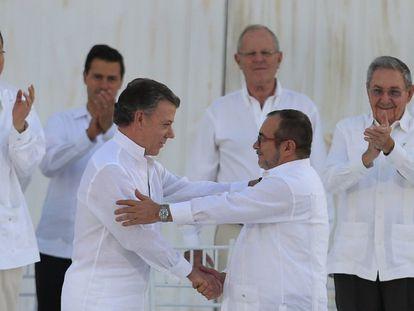 Juan Manuel Santos y Rodrigo Londoño, 'Timochenko', tras la firma del acuerdo de paz en septiembre de 2016 en Cartagena.