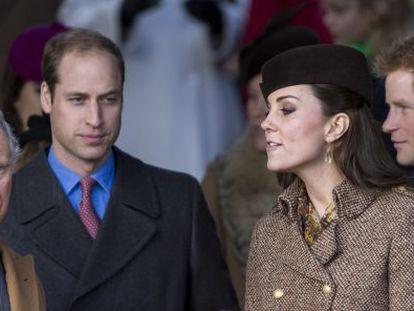 El príncipe Carlos, los duques de Cambridge y Enrique de Inglaterra durante la celebración de un oficio religioso en las navidades de 2014.