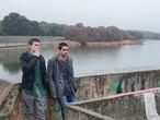 En el embalse ubicado cerca de la urbanización de Los Arroyos, en El Escorial, se ruedan las escenas de Élite con Omar Ayuso (derecha) y Arón Piper.