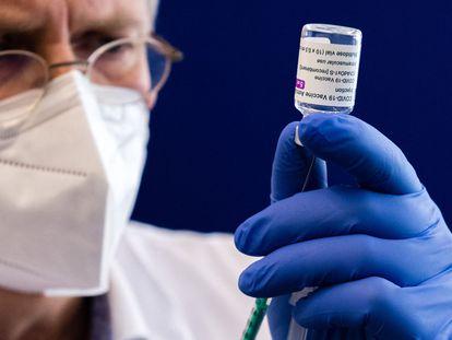 Un trabajador sanitario carga una jeringuilla con la vacuna de AstraZeneca en el hospital de Halle, al este de Alemania, en febrero pasado.