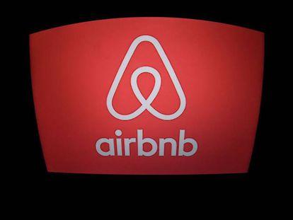 Logo de Airbnb en una tienda de París.