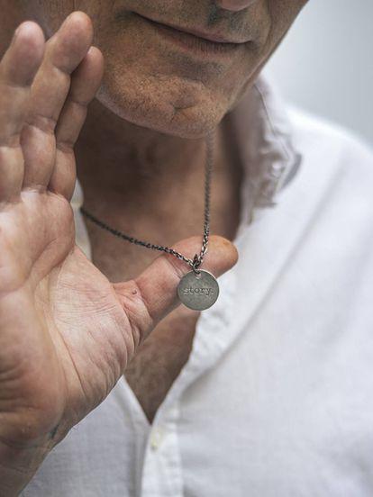 El actor Viggo Mortensen y la medallita que siempre le acompaña.