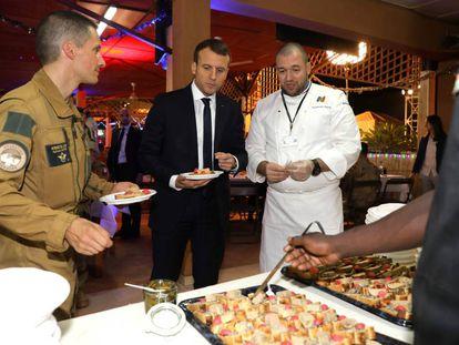 Emmanuel Macron con Gillaume Gomez, en la visita a las tropas francesas del día 27 a la base de Niamey.