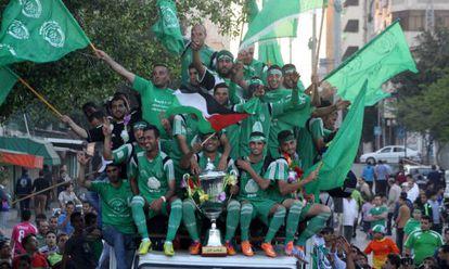 Futbolistas del club palestino Al Shijaiyah celebran el viernes su victoria en la liga de Gaza.