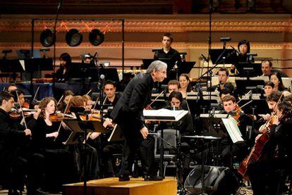 El director de la orquesta de YouTube, Michael Tilson Thomas (centro), durante la primera actuación de la banda de 2009 en Nueva York.