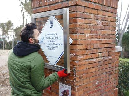 Un trabajador coloca la nueva placa en homenaje a Cristina Ortiz, La Veneno, en el Parque del Oeste