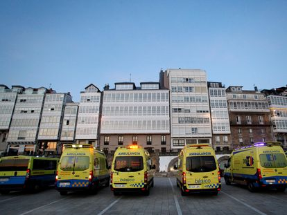 Un grupo de ambulancias, frente a la fachada de la casa del empresario Amancio Ortega en A Coruña, el pasado 28 de marzo.